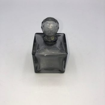 Frasco perfume gris cuadrado 1